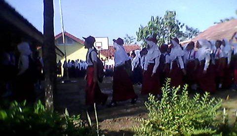 Siswa baru di SMPN 3 Jasinga di masa perkenalan pada hari pertama sekolah, Senin 18/7 (dok. KM)