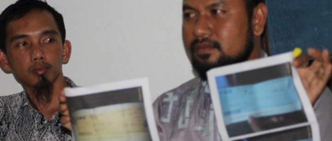 2 calon TKI korban penipuan, Abu Nazwa dan Busri, menunjukkan scan cek dan bilyet giro bodong yang diterima dari pelaku penipuan berinisal SA (dok. KM)