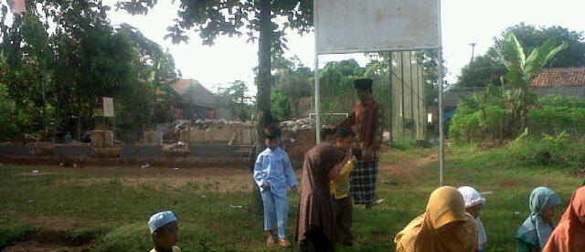 Warga berjalan dekat galian proyek pembangunan BTS di desa Cogrek, Kemang, Bogor (dok. KM)