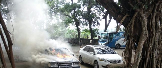 Mobil Mercedes-Benz terbakar di lapangan parkir TMR Cimalati, Sukabumi Minggu 28/8 (dok. KM)