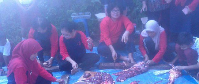 Suasana pemotongan daging kurban SDN Cisalak Pasar 3, Depok (dok. KM)