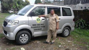 Kades Sukamantri, Arsya Marjaya dengan mobil desa (dok. Budi/KM)