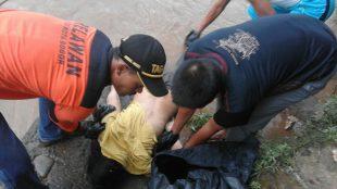 Anggota BPBD dan Tagana menarik jenazah Maryani (45) yang diduga bunuh diri di Sungai Cisadane (dok. KM)