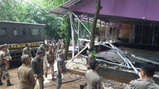 Satuan Polisi Pamong Praja saat melakukan pembongkaran terhadap salah satu bangunan THM di kemang (dok. Irfan/KM)