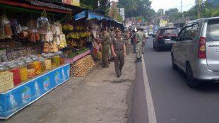 Petugas Pol PP Kabupaten Bogor memantau pedagang kaki lima di sepanjang jalur Puncak, Cisarua (dok. KM)