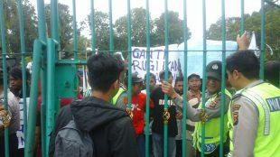 Ratusan petani ikan Pamijahan berunjuk rasa di depan Gedung DPRD Kabupaten Bogor, Kamis 5/1 (dok. KM)