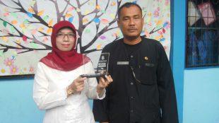 Kepala Sekolah SDN 7 Ciamis Agus Gustawan & Ade Hendrayani Saat menunjukan penghargaan juara ke 2 lomba Reportase Se Propnji Jabar.