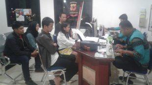 Sejumlah aktivis GMNI mendampingi korban pelecehan seksual saat membuat laporan kepolisian (dok. KM)