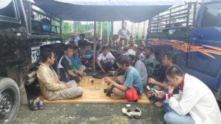 Aktivis dan petani ikan Pamijahan berteduh saat melakukan aksi di depan kantor Pemkab Bogor (dok. KM)
