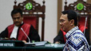 Gubernur DKI Jakarta Basuki Tjahaja Purnama di ruang sidang pembacaan vonis, Selasa 9/5 (dok. BeritaSatu)