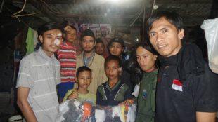 Sejumlah aktivis AMPB memberikan bantuan berupa pakaian kepada keluarga Yanti yang tinggal di sebuah gubuk di belakang Terminal Leuwiliang, Bogor (dok. KM)