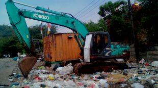 Salah satu alat berat di TPA Galuga, Bogor, yang terbengkalai (dok. KM)