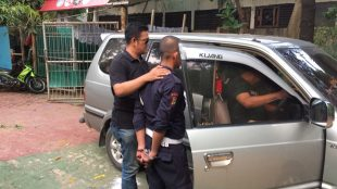 Polisi mengamankan seorang petugas security di Eco Park Taman Impian Jaya Ancol, Sabtu 21/10 (dok. KM)