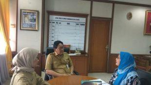 Komisioner KPAI Bidang Pendidikan Retno Listyarti saat pengawasan ke kelas ananda SB dan bertemu walikelasnya, Senin (13/11) (dok. KM)