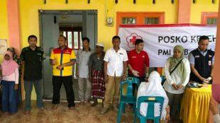 Kapolres Aceh Utara AKBP Untung Surianata bersama PMI dan Klinik Vinca Rosea saat menggelar pengobatan fratis bagi korban banjir di Gedung Serbaguna Gampong Tanjong Haji Muda, Sabtu 6/1 (dok. Raz/KM)