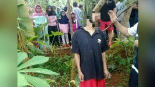 Korban saat ditemukan warga tergantung di pohon (dok. KM)