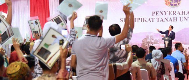 Presiden Joko Widodo saat pembagian sertifikat tanah di Bogor, Selasa 6/3 (dok. KM)