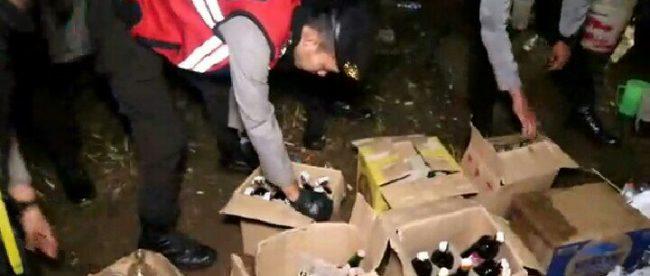 Aparat keamanan menemukan puluhan dus berisi miras di Pakansari, Cibinong, Sabtu malam 3/3 (dok. KM)