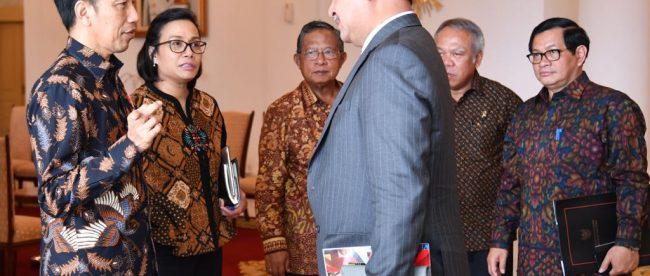 Presiden Joko Widodo berbincang dengan anggota delegasi AIIB yang berkunjung ke Istana Kepresidenan Bogor, Jawa Barat, pada Senin, 12 Maret 2018 (dok. KM)