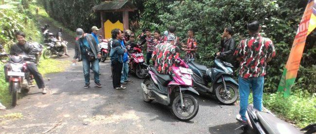 Anggota ormas BBRP, Pemuda Pancasila, LMPI, BBR, dan BPPKB saat menunggu keputusan kepala Desa Sukaresmi, Tamansari Senin 12/3 (dok. KM)