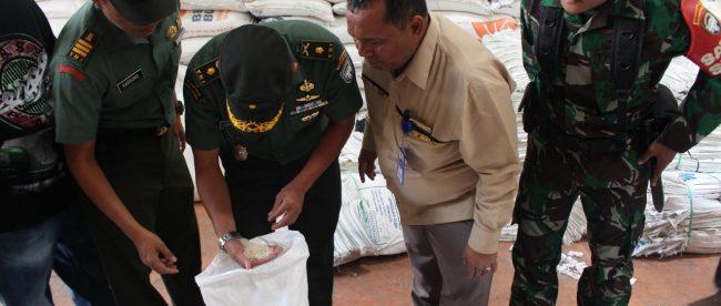 Kepala Staf Kodim (Kasdim) 0104/Atim Mayor Inf Luthfi Hadi bersama dengan Perwira Seksi Teritorial (Pasiter)Kapten CZI Karsono melaksanakan Sergab serta mengecek beras di gudang Bulog (dok. KM)