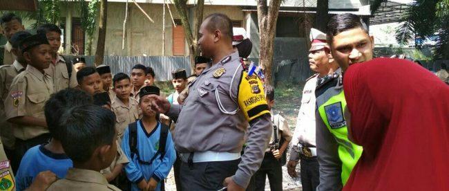 Kasat Lantas Polres Kota Langsa AKP Teuku Heri Hermawan mengajak para siswa untuk menggunakan sepeda dayung menuju sekolah, Jumat 23/3 (dok. KM)