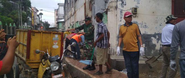 Bupati Aceh Tamiang beserta jajaran Pemkab Aceh Tamiang saat lakukan gotong royong Jum'at Bersih, 20/4/2018 (dok. KM)
