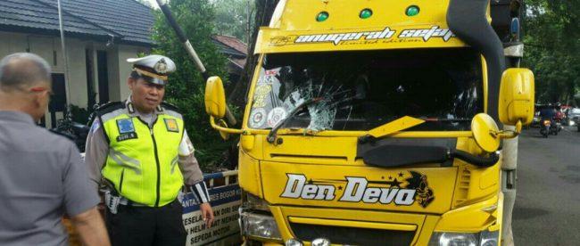 Truk yang mengalami kecelakaan lalu lintas di depan Makopolsekta Bogor Barat (dok. KM)