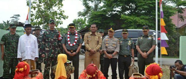 upati Aceh Timur H. Hasballah Bin H.M. Thaib bersama dengan Brigjen TNI Simson Moeanto sebagai ketua Tim Pengawas Dan Evaluasi (Wasev) TNI Manunggal Membangun Desa (TMMD) beserta rombongan disambut dengan tarian Ranup Lampuan, Senin 23/4 (dok. KM)
