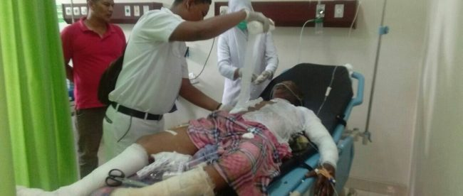 Petugas kesehatan merawat korban yang luka akibat ledakan sumur minyak ilegal di Aceh Timur, Rabu 25/4 (dok. KM)