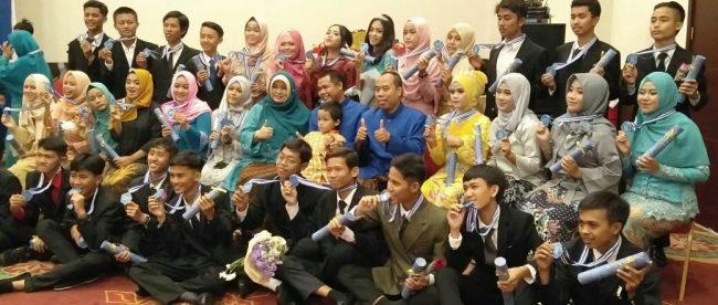 Foto murid bersama dengan para guru selesai acara Wisuda purnawisma kelas XII SMAN Tamansari 1 di gedung serba guna Hotel Pajajaran Suites, Kamis 26/4 (dok. KM)