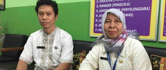 Kepala Sekolah SDN Lenteng Agung 9 Siti Hawa dan Wakilnya (dok. KM)