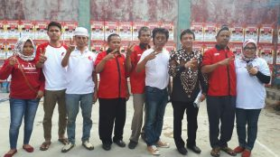 Politisi PDIP Adian Napitupulu bersama relawan Nungki-Bayu di Desa Cicadas, Ciampea, Kabupaten Bogor, Minggu 29/4 (dok. KM)