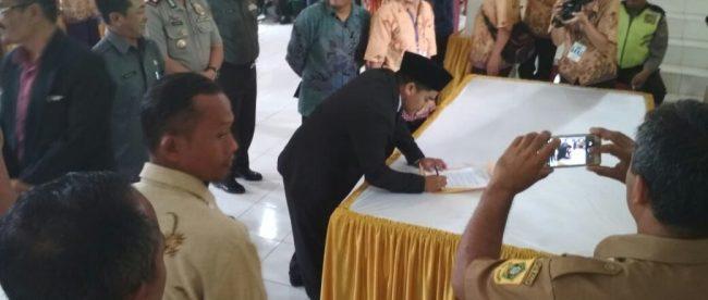 Kades terpilih Wates Jaya, Kecamatan Cigombong, menandatangani berita acara, Minggu 22/4 (dok. KM)