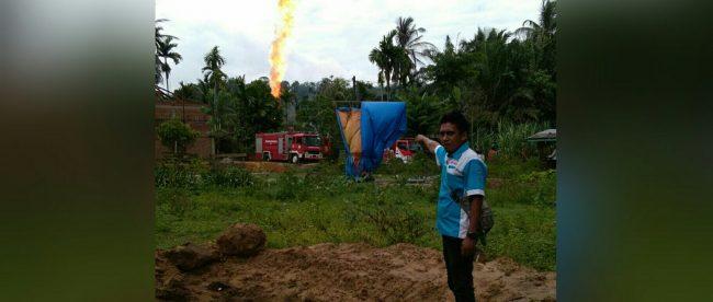 Wartawan KM memperlihatkan lokasi terjadinya ledakan peralatan pengeboran minyak di Aceh Timur, Rabu 25/4 (dok. KM)