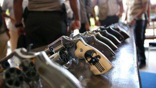 Wakapolres Aceh Utara Kompol Suwalto saat memeriksa kondisi senjata api anggota di Mapolres setempat (Ist)