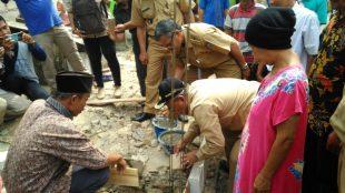 Walikota Depok Muhamad Idris saat melakukan peletakan batu pertama bedah rumah Ibu Marsani, di Bedahan Kota Depok, Senin 2/4/2018 (dok. KM)