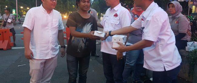 Tim pemenangan paslon DM membagikan takjil buka puasa di kawasan Tugu Kujang, Kota Bogor, Minggu 27/5 (dok. KM)