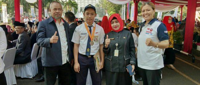 Kepala Sekolah SMPN 5 Depok Saat Foto Bersama Dengan Siswa Berprestasinya (dok. KM)