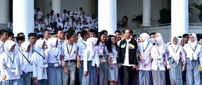Presiden Joko Widodo bersama siswa peserta Kawah Kepemimpinan Pelajar Tahun 2018 di Istana Bogor, Kamis 3/5 (dok. KM)