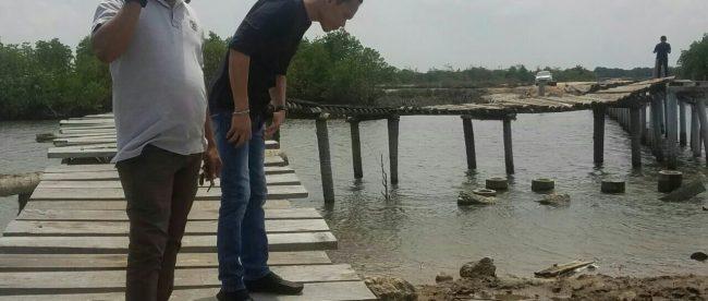 Munir, mantan kombatan GAM, saat meninjau jembatan Kuala Parek, Kecamatan Sungai Raya, Aceh Timur (dok. KM)