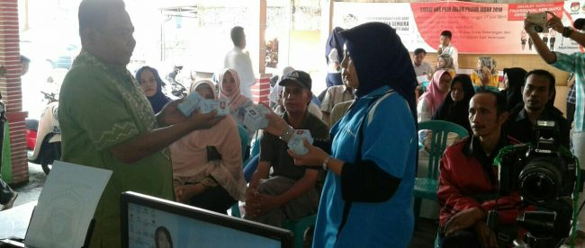 Serah terima KTP-El oleh Kasie Pelayanan Kecamatan Tamansari kepada Kades Sukamantri M Arsya Marjaya, Jumat 4/5 (dok. KM)