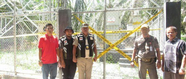 Petugas menyegel Tower BTS yang tidak berizin di Desa Lubuk Agung, Bandar Sekijang, Sabtu 5/5 (dok. KM)