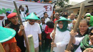 """Paslon Bupati Bogor Ade Yasin-Iwan Setiawan (HADIST) lakukan kegiatan tradisional """"Halu dan Jublek"""" di Desa Urug, Kecamatan Sukajaya, Kabupaten Bogor, Sabtu 5/5/2018 (Dok. KM)"""
