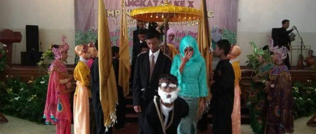 Prosesi adat pada acara perpisahan siswa SMPN 2 Parung, Bogor, Selasa 8/5 (dok. KM)