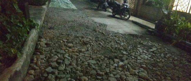 Lokasi pekerjaan peningkatan jalan lingkungan di Perumahan Permata Hijau Permai Blok AR1 Rt08/17 Kali Abang Tengah, Kecamatan Bekasi Utara, Senin malam 7/5 (dok. KM)