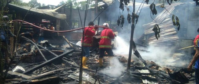 Petugas pemadam kebakaran memadamkan api yang menghabisi rumah milik Syamsiah (73), Selasa 8/5/2018 (dok. KM)