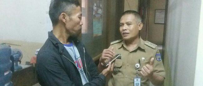 Camat Sukmajaya, Taufan Abdul Fatah saat diwawancarai KM (dok. KM)