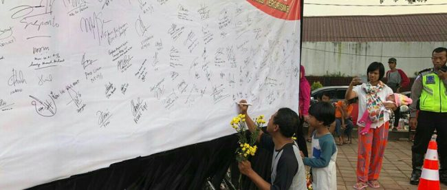 Warga menandatangani spanduk dukacita untuk anggota Polri yang gugur dalam serangan teroris di Mako Brimob, Bogor 13/5 (dok. KM)