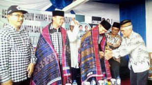 Calon Walikota dan Wakil Walikota Bogor Bima Arya - Dedie Rachim saat pemberian Ulos oleh Forum Hikmah Madina (dok. KM)